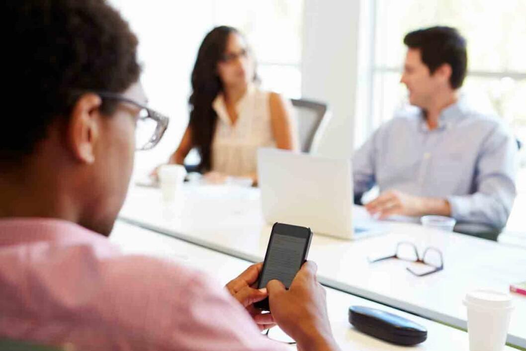 Mobiltelefon-på-møte2