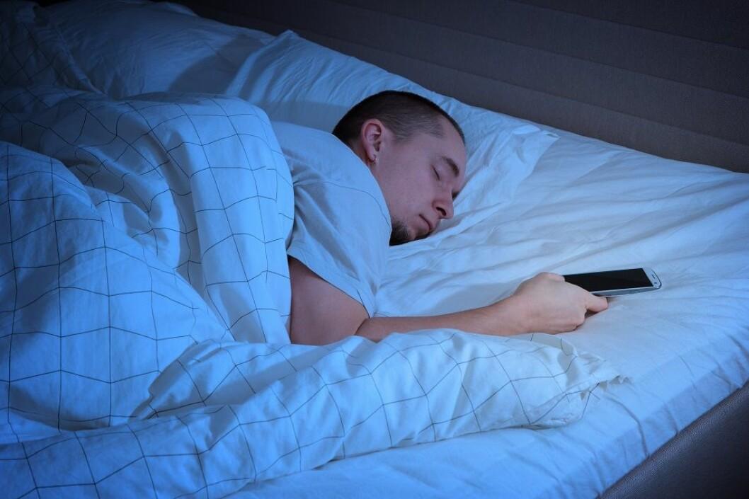 Halve Norge sjekker mobil og nettbrett rett før sengetid, viser fersk undersøkelse. Det kan påvirke søvnkvalitet og -lengde, ifølge ny forskning. (Ill.foto: Colourbox)