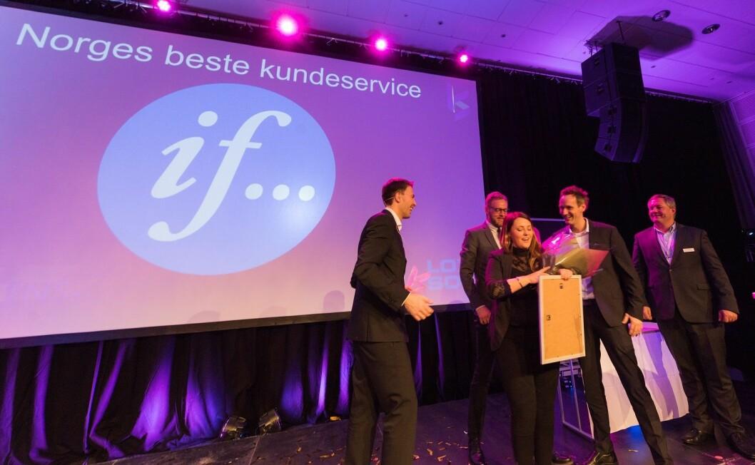 Gleden var stor da medarbeidere fra Ifs kundesentre i går kveld mottok prisen for Årets beste kundeservice under Kundeservicedagene. (Foto: Terje Borud)