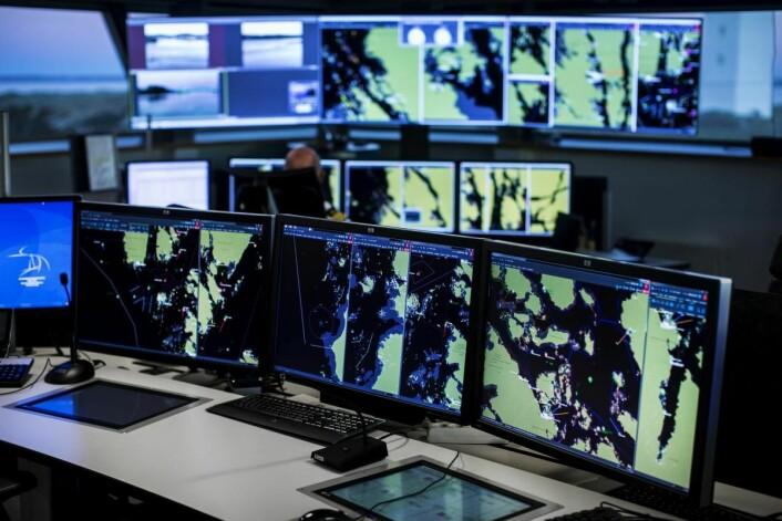 Det nye overvåkingssystemet gir et helhetlig situasjonsbilde av skipstrafikken. Sofistikerte alarmer gjør det mulig å identifisere potensielt risikofulle trafikksituasjoner til sjøs raskere og tidligere. Foto: Kystverket/Haakon Nordvik.
