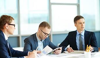 To av tre unge menn fast ansatt i sin første jobb