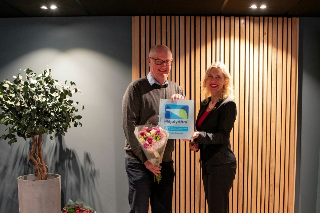 Administrerende direktør i Mester Grønn mottar prisen Årets Miljøfyrtårn 2019 fra Daglig leder i Miljøfyrtårn, Ann-Kristin Ytreberg.