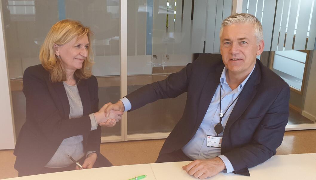 Konserndirektør Randi Løvland i Posten og arbeids- og tjenestedirektør Kjell Hugvik i NAV signerte omstillingsavtalen torsdag 27. februar.