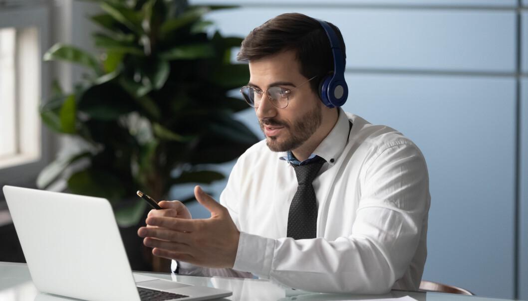 – E-læringen berikes ved å legge til muligheter for interaksjon med coacher og kolleger, enten mennesker eller bots, i chat eller videoformat. Men hvor går egentlig grensen for digitalisert kompetanseheving? spør organisasjonspsykolog Richard Taylor.