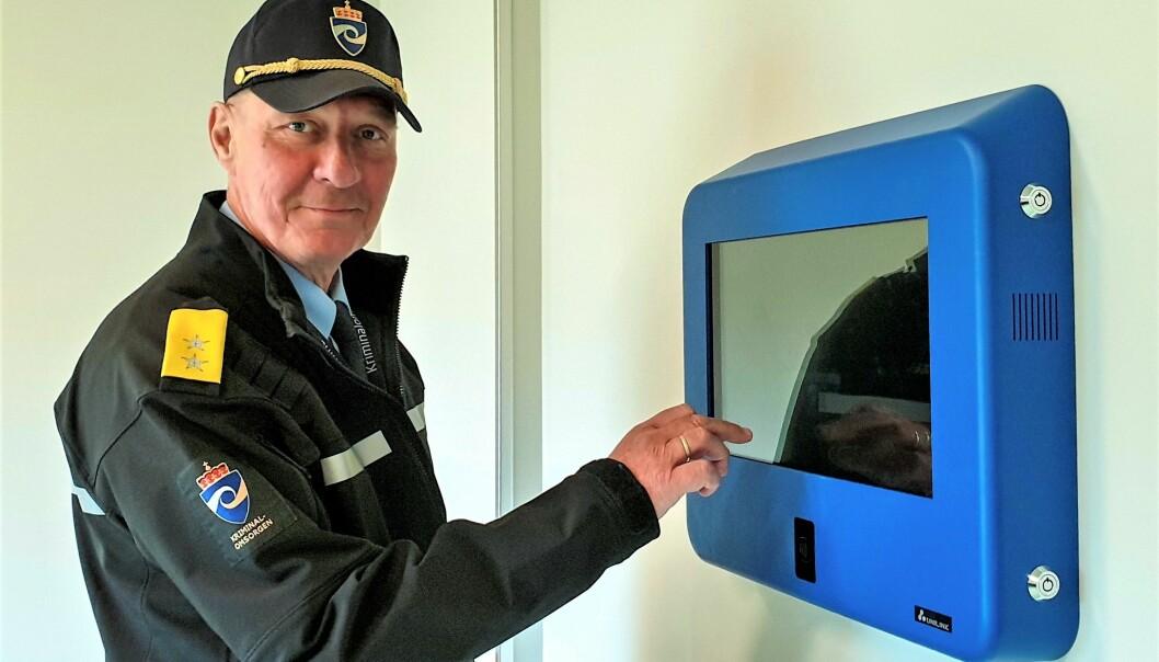 Fengselsleder Frank Tveiten Johansen ser frem til å ta i bruk selvbetjening for innsatte i det nye Agder fengsel. Dette er skjermen de innsatte skal bruke.