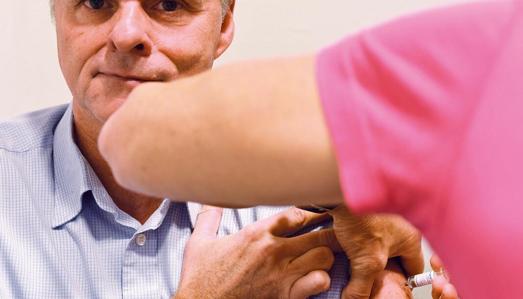 Per T. Lund i Apotekforeningen får sin dose med influensavaksine, slik alle andre nå kan få på et apotek uten resept fra lege.