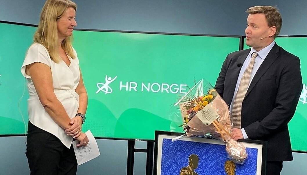 Espen Nakstad fikk tildelt prisen av styreleder i HR Norge Tove Selnes.